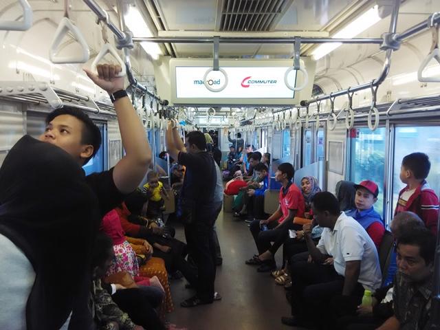 Suasana di dalam kereta api menuju Bekasi